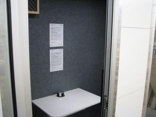 Silense Double toimistotila sisätilat jossa pöytä ja seinää